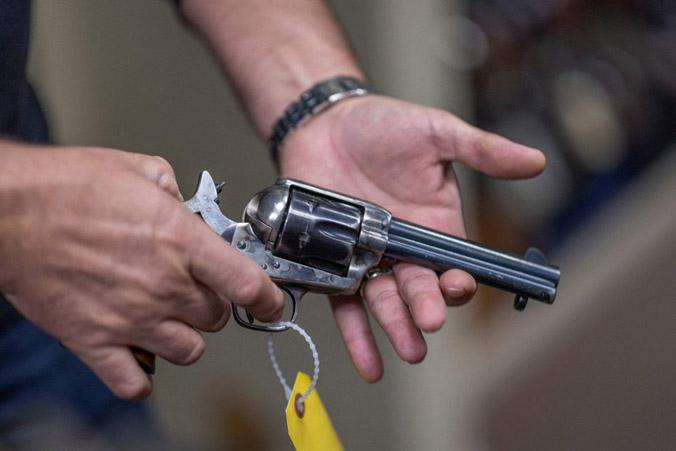 Chuyên gia yêu cầu cấm súng thật trên phim trường