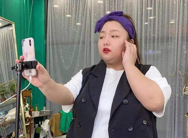 Cô gái 110 kg nổi tiếng nhờ livestream bán đồ cho phụ nữ ngoại cỡ