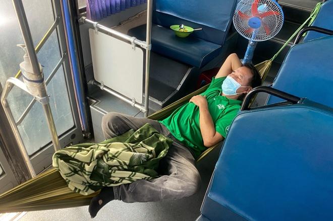 Tài xế, tiếp viên lấy xe buýt làm nhà suốt 4 tháng dịch ở TP.HCM