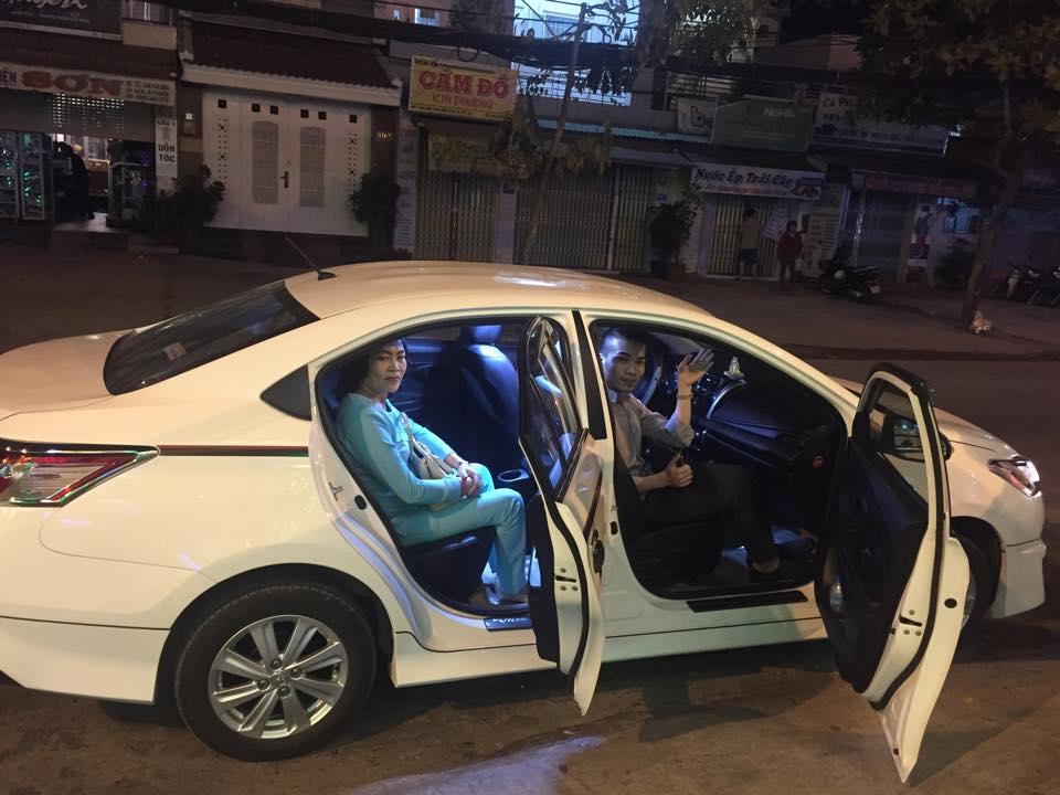 Kenny Sang lái xe tiền tỉ đưa mẹ đi tiệc khoe cuộc sống xa xỉ đáng mơ ước