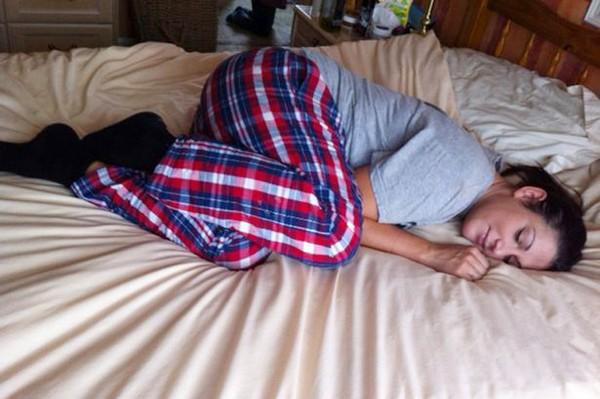 Cô gái mắc bệnh lạ, cứ đi ngủ là bị liệt từ đầu đến chân