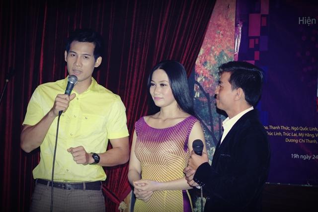 Thanh Thức, Trang Thảo không ngại ôm thùng tiền đi khắp khán phòng kêu gọi đóng góp cho Thái Lan Viên chữa bệnh.