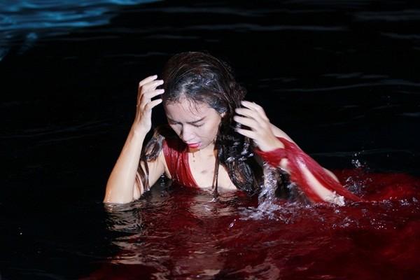 Ái Phương ngâm mình giữa khuya trong bể bơi để quay MV